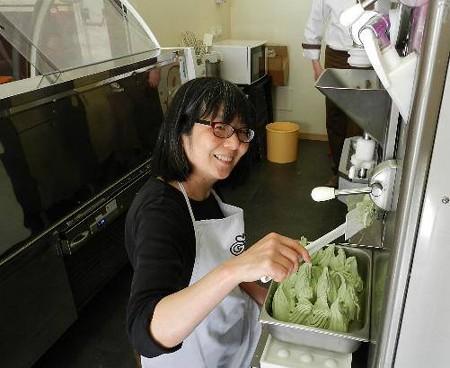 イタリアのジェラートの材料メーカーの研修室でジェラートの作り方を学ぶ美奈子店長