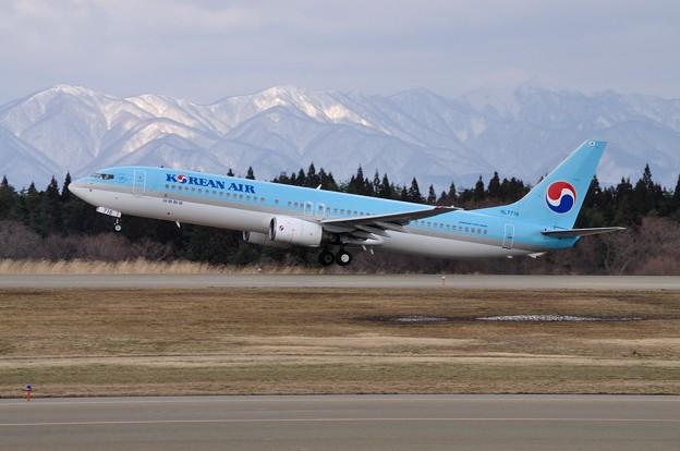 雪山を背に KE770便 15-03-26 14-08