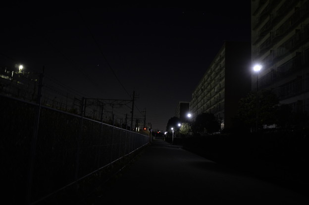 深夜のマンションと鉄道