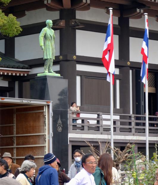 大勢の人で賑わう、日泰寺 縁日(2015/3/21)No - 29:縁日を見下ろすタイ国王像