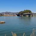 写真: 木曽川沿いに点在する人工物