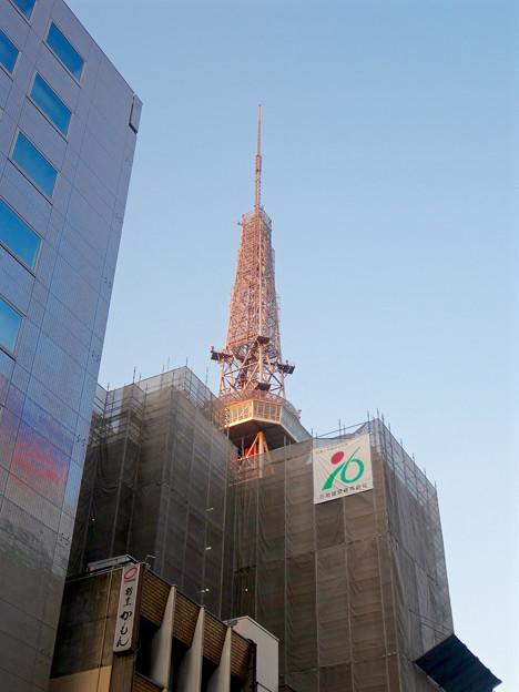 写真: 工事中のビル越しに見た、名古屋テレビ塔 - 1