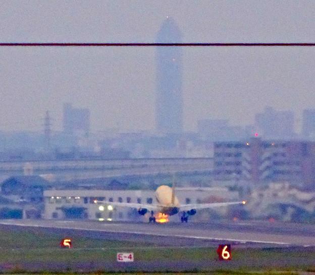 エアフロントオアシス(小牧市):県営名古屋空港から飛び立つ、黄色のFDA機 - 8(遠くに東山スカイタワー)