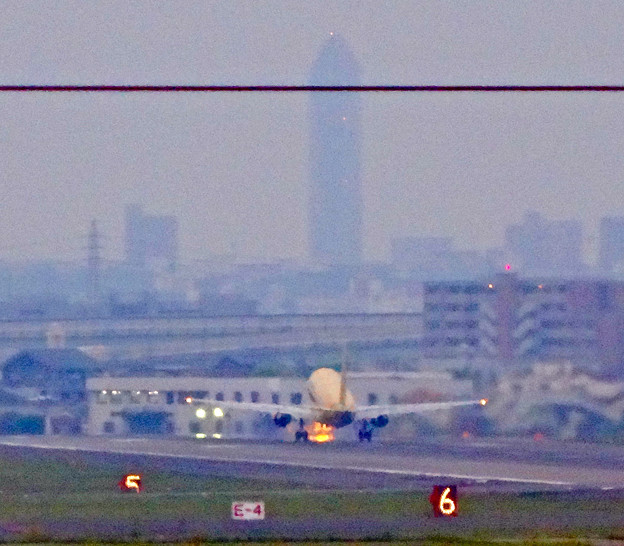 写真: エアフロントオアシス(小牧市):県営名古屋空港から飛び立つ、黄色のFDA機 - 8(遠くに東山スカイタワー)