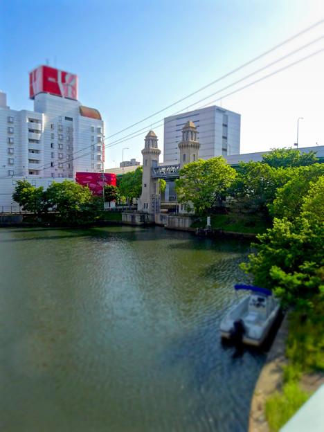 松重橋から見た松重閘門(チルトシフト、フィルター有り)- 2