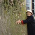 写真: 82才、大きな木に抱きつく
