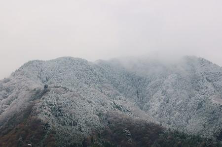 談合坂SAから見た山には積雪