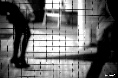 網入りガラスに街の影