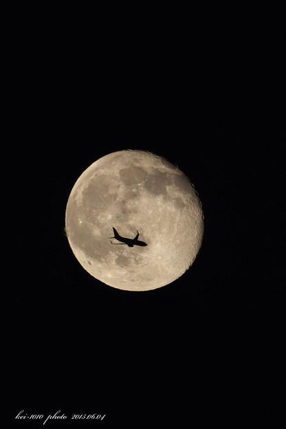 夜空に月と飛行機と ・ ・ ・
