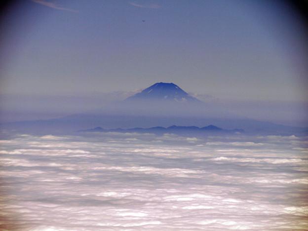 頭だけ出している富士山