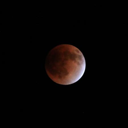 赤く色づいた月