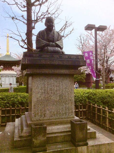 瓜生岩子さんの像