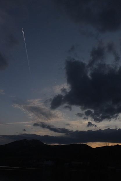 上昇気流にのる飛行機雲