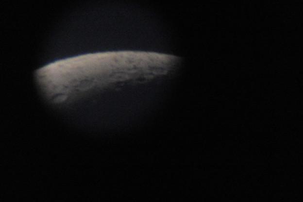 購入した天体望遠鏡で月を見たら、わりと鮮明にクレーターも見えたが、接眼部が小さいためうまく写真には撮れませんでした!!
