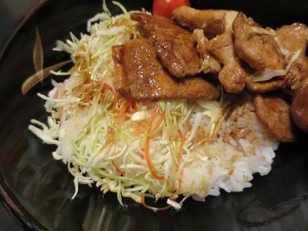 粋菜庵しなの トンテキ丼(全国ご当地どんぶりまつり限定) 盛り付けの様子