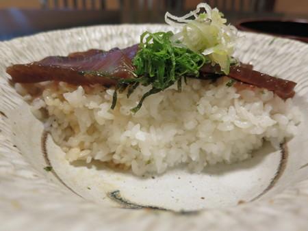粋菜庵しなの かつお漁師丼(全国ご当地どんぶりまつり限定) 断面図