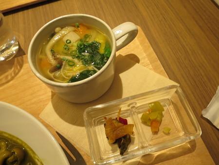 横町カフェ 緑カレー(ベジタブル) 副菜の様子