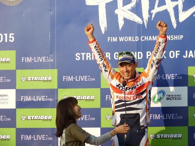Photos: 表彰式終了後、藤波選手だけステージに…インタビューアーは、もちろ...