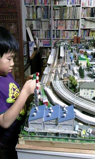 フォト蔵地下の部屋の鉄道模型レイアウト部分アップその2(息子つき)アルバム: モバツイ (383)写真データフォト蔵ツイート