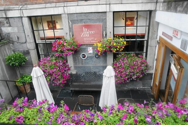 花で飾られたレストラン