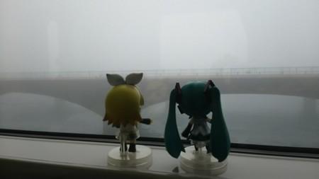 弁天島→新居町間 (2分遅れ)。浜名湖なう。 リン:「ホントだわ...