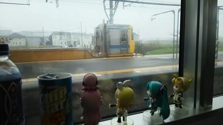 新所原駅に停車。 リン:「あ、なんか黄色いのがいるー?!」 レン...
