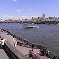 桜見物の隅田川に浮かぶ船と遊歩道