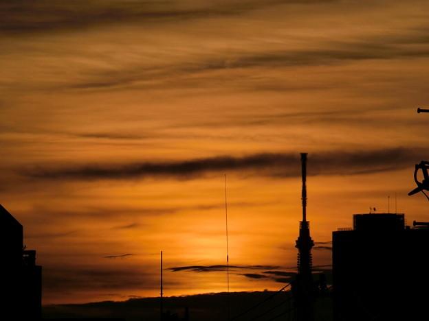 雲に隠れる朝日