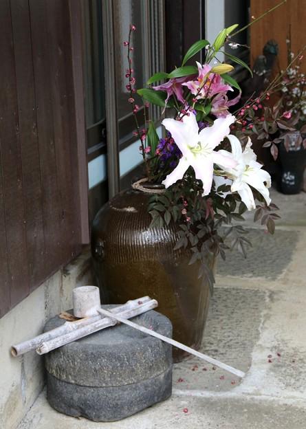 玄関先の生け花