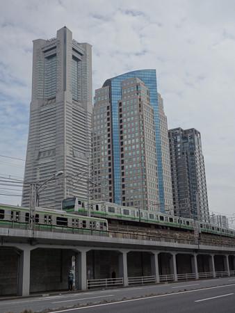 横浜ランドマークタワーと根岸線 (横浜市西区花咲町)