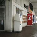 富山県南砺市の城端線福光駅の白ポストと周囲。建物の外で屋根の下、はしっこ。(2015年)