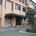 徳島県の三好市井川総合支所玄関。向かいの駐車場に白ポストあり。(2015年)