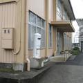 徳島県東三好町の足代公民館の白ポストと玄関とか。(2015年)