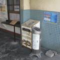 岳南鉄道比奈駅待合室の白ポスト、向かって右。(2015年)
