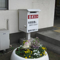 岡山県備前市の山陽本線吉永駅前の白ポスト、向かって左。(2015年)