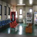 水島臨海鉄道倉敷市駅の白ポストと周囲。待合室のはずれ。(2015年)