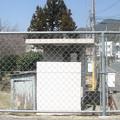 赤穂線香登駅前の白ポストを乗場から見る。便所との位置関係が見える。(2015年)