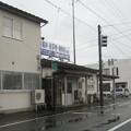 福井県坂井市の本丸岡バス停。元は駅で待合所等の建物がある。(2015年)
