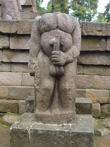 玉茎を握る首なし像~ヒンドゥー彫刻 Grasping his own penis、Candi Sukuh
