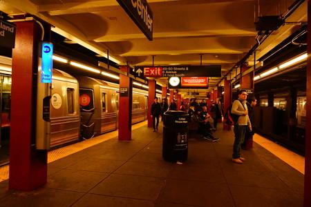 ニューヨーク地下鉄ホーム