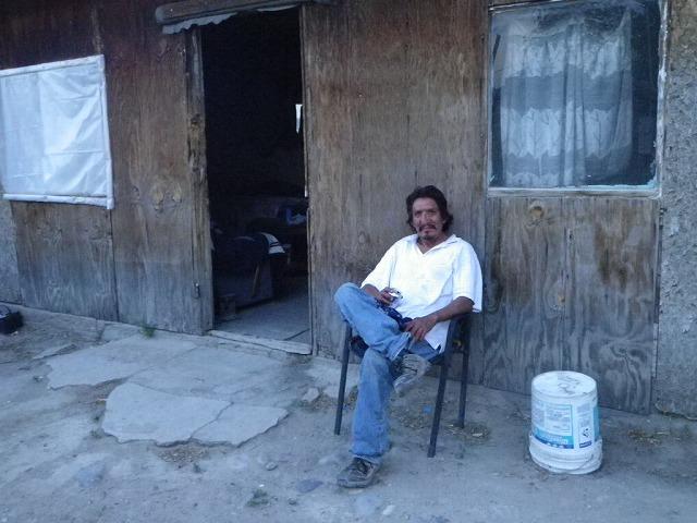 一夜の宿を提供してくれた先住民ナバホ族のクライド。掘っ立て小屋で窓にガラスはなく蚊も侵入してきた。それでも彼の温かいもてなしに感謝感激感動!