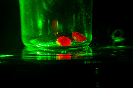 ルビーは緑の単色光源下でも