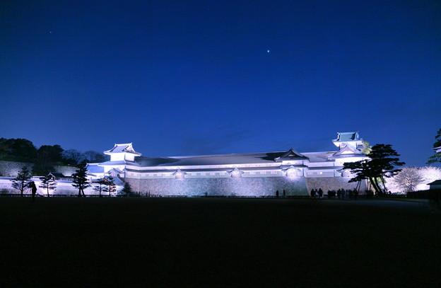 金沢城のライトアップ  右は桜並木