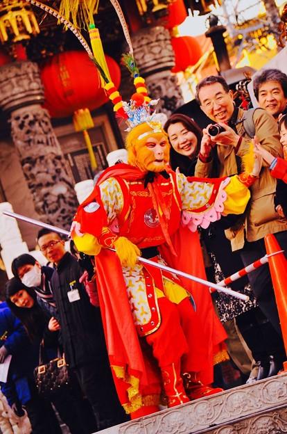 悟空?。。関帝廟前でのパフォーマンス 春節祝舞遊行 2月28日