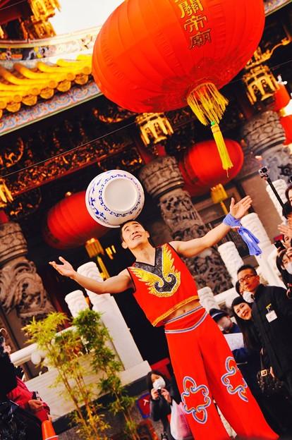重い壺を回すパフォーマンスで。。祝賀パレード 関帝廟。。2月28日
