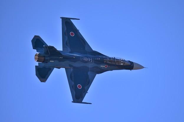 三沢に帰投するF-2・・