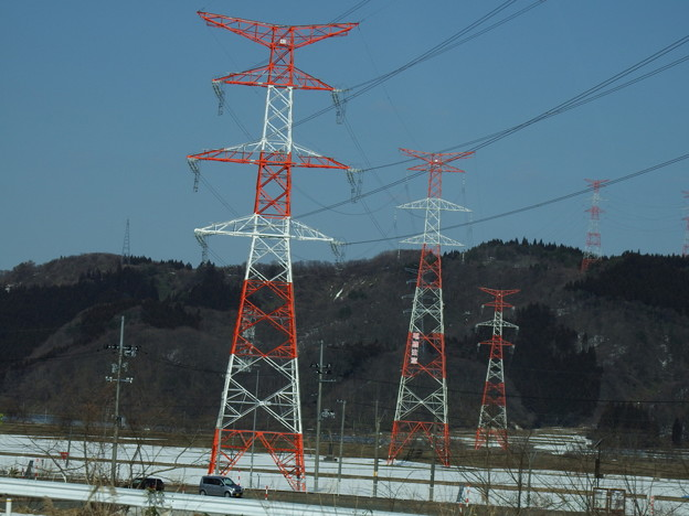 連なる紅白鉄塔