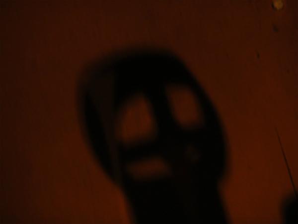 映画館の床に映るドクロの影
