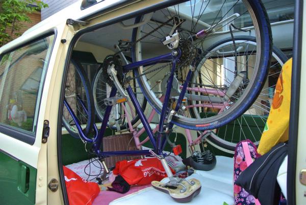 ミニバスに自転車を2台積み込んで出発