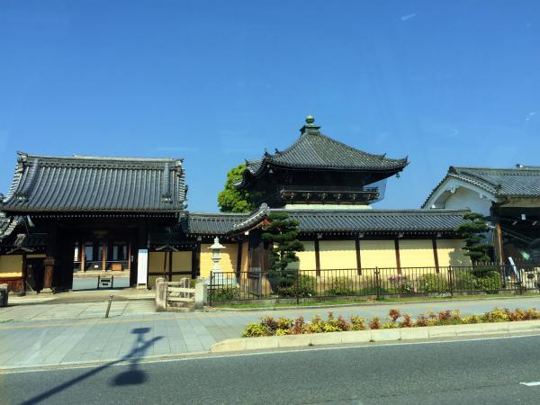 西本願寺の前を通り